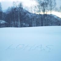 雪に書いたLOHASの文字