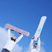 スノーボードを持ち上げるカップル 20027003039| 写真素材・ストックフォト・画像・イラスト素材|アマナイメージズ