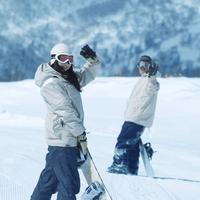 ゲレンデで振り返るカップル 20027003049| 写真素材・ストックフォト・画像・イラスト素材|アマナイメージズ