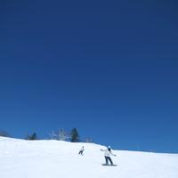 スノーボードをするカップル 20027003063| 写真素材・ストックフォト・画像・イラスト素材|アマナイメージズ