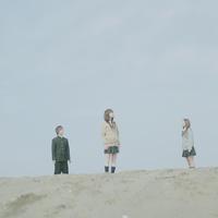 砂浜に立つ3人の高校生