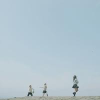 砂浜で野球をする3人の高校生
