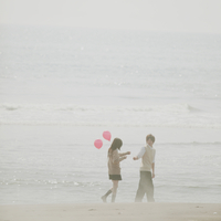 風船を持って歩く2人の高校生