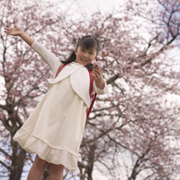 桜を差し出す女の子