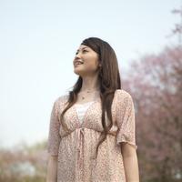 桜の前で微笑む女性 20027003424| 写真素材・ストックフォト・画像・イラスト素材|アマナイメージズ