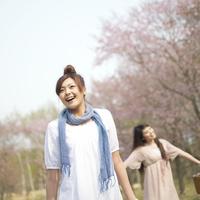 桜の前で微笑む2人の女性 20027003432| 写真素材・ストックフォト・画像・イラスト素材|アマナイメージズ
