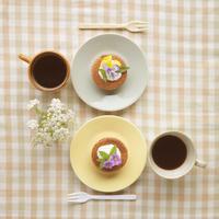 野花のカップケーキのあるティータイム
