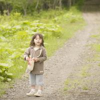 一本道でカバンを広げる女の子