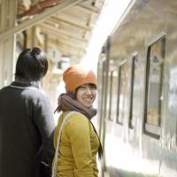電車で旅をするカップル