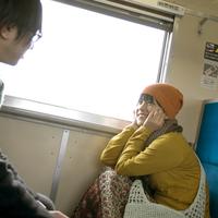 電車で手をつなぐカップル