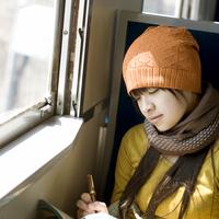 線路の上を歩く女性 20027003777| 写真素材・ストックフォト・画像・イラスト素材|アマナイメージズ