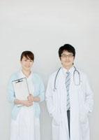 白衣を着た医者と看護師のポートレート