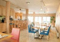 無人のカフェの風景
