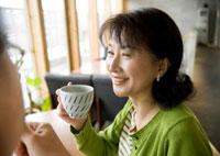 カフェでコーヒーを飲みながら会話をするシニア夫婦
