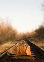 線路に置かれた旅行カバン
