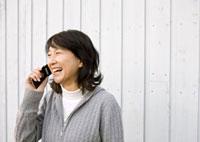 携帯電話で話をするシニア女性の横顔