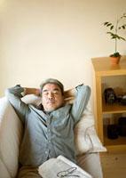 リビングのソファーで眠るシニア男性