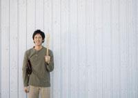 バットを持ち微笑む20代の男性 20027004702| 写真素材・ストックフォト・画像・イラスト素材|アマナイメージズ