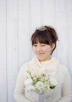 ブーケを持ち微笑む20代女性のウェディングイメージ 20027004723| 写真素材・ストックフォト・画像・イラスト素材|アマナイメージズ