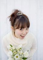 ブーケを持ち微笑む20代女性のウェディングイメージ 20027004725| 写真素材・ストックフォト・画像・イラスト素材|アマナイメージズ