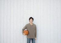 バスケットボールを持ち微笑む20代の男性 20027004732| 写真素材・ストックフォト・画像・イラスト素材|アマナイメージズ