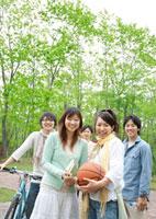 公園で遊ぶ5人の20代の若者たち