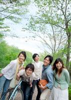 一本道で微笑む5人の若者たち