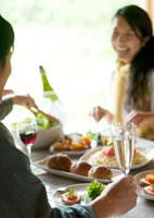 ホームパーティーを楽しむ若者たち 20027004838| 写真素材・ストックフォト・画像・イラスト素材|アマナイメージズ