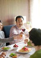 ホームパーティーで乾杯をする家族