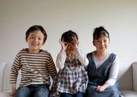 白いソファーに座る3人の子供たち 20027004845| 写真素材・ストックフォト・画像・イラスト素材|アマナイメージズ