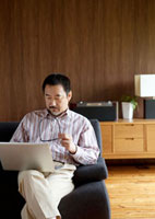 ソファーでパソコンをするシニア男性 20027004875| 写真素材・ストックフォト・画像・イラスト素材|アマナイメージズ