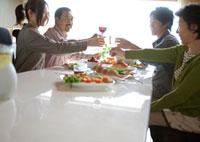 ホームパーティーで乾杯をする4人家族