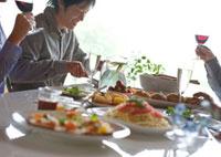 パーティーで食事を楽しむビジネスマンたち