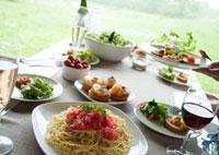 テーブルの上のパーティー料理と料理を置く手元