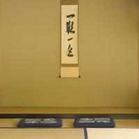 掛け軸のある和室と二枚の座布団