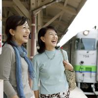駅のホームで微笑む2人のシニア女性 20027005377| 写真素材・ストックフォト・画像・イラスト素材|アマナイメージズ