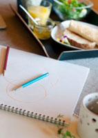 デザインが描かれたスケッチブックと朝食 20027005427| 写真素材・ストックフォト・画像・イラスト素材|アマナイメージズ