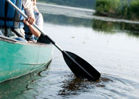 カヌーを漕ぐ20代女性の手元