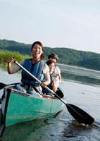 カヌーに乗り微笑む3人の20代女性