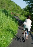 自転車に乗る20代女性の後姿