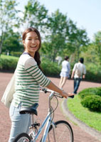 自転車を押しながら振り返る女子大生