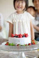 手作りケーキとバースデーパーティを楽しむ家族