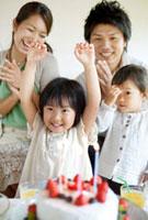 手作りケーキとバースデーパーティを楽しむ4人家族