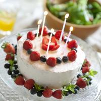 手作りケーキとバースデーパーティの料理 20027005549| 写真素材・ストックフォト・画像・イラスト素材|アマナイメージズ