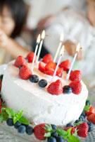手作りケーキとバースデーパーティを楽しむ女の子