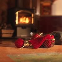編みかけの編み物と暖炉