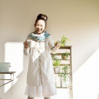 観葉植物の前で微笑む20代の女性 20027005691| 写真素材・ストックフォト・画像・イラスト素材|アマナイメージズ