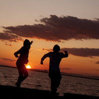 海辺でダンスをする20代の男女のシルエット 20027005718  写真素材・ストックフォト・画像・イラスト素材 アマナイメージズ