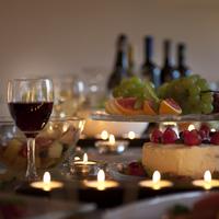 テーブルの上のパーティー料理とキャンドル