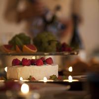 ケーキとフルーツとキャンドルのあるパーティーのテーブル